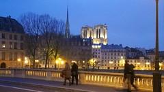 17-Paris décembre 2017 - Notre-Dame de Paris depuis le Pont Louis-Philippe (paspog) Tags: paris france décembre december 2017 nuit nacht night pontlouisphilippe notredamedeparis