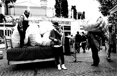 hoi_014 (la_imagen) Tags: träger hamal load carrier türkei turkey türkiye turquía istanbul istanbullovers sw bw blackandwhite siyahbeyaz monochrome street streetandsituation sokak streetlife streetphotography strasenfotografieistkeinverbrechen menschen people insan beyazıt