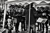 Ein kleiner Musikfreund (Helmut Reichelt) Tags: bw sw musikfreund klein chor weihnachtsmarkt nachbarschaft neuerplatz streetphoto christkindlmarkt dezember winter geretsried bayern bavaria deutschland germany leica leicam typ240 captureone11 silverefexpro2 leicasummilux50mmf14asph dfine2