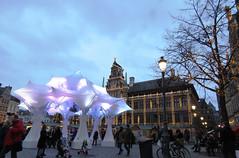 De maretak op de Grote Markt in Antwerpen, geflankeerd door het prachtig versierde stadhuis van Antwerpen op de Grote Markt (Koen Meessens) Tags: kerstmis kerstsfeer antwerpen centrum lichtjes kerstboom kerstmarkt wintervanantwerpen schelde stadhuis
