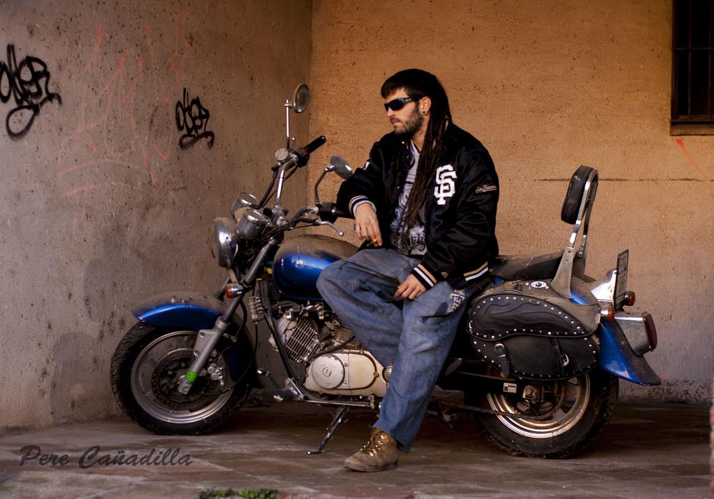 chico en moto