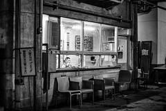 En attendant le client... (callifra7) Tags: canoneos5dmarkiv ef50mmf14usm tokyo asie japon garage noiretblanc blackandwhite goldengae nuit