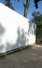 L'ombre d'un doute (Robert Saucier) Tags: paris 16e xvie 75016 boisdeboulogne muséedesartsettraditionspopulaires mur wall ombre shadow arbres trees ciel sky img6778