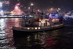 New Years Eve im Hamburg (vmonk65) Tags: feuerwerk hamburg nachtaufnahme sylvester newyearseve harbour hafen firework wasser water boot personen himmel fluss stadt nacht gebäude