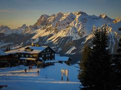 Krummholzhütte und Dachsteinmassiv (www.textbox.at) Tags: winter alpen dachstein hütte hauser kaibling krummholzhütte schipiste schifahren austria steiermark ennstal abendlicht berge schnee landschaft