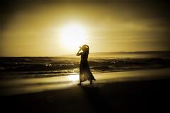 tra sogno e realtà... (senzaspazio) Tags: mare spiaggia sole tramonto donna senzaspazio