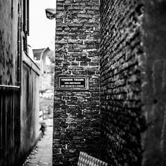 (Nico_1962) Tags: wall muur bokeh steeg alley leica summicron rangefinder meetzoeker nederland gouda zwartwit bw blackandwhite leicam manualfocus square vierkant