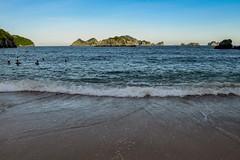 Vzhůru do vln! (zcesty) Tags: vietnam17 skála pláž ostrov moře krajina vietnam catba dosvěta hảiphòng vn