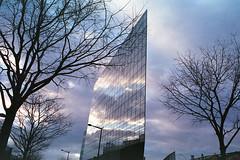 Lumière d'hiver (décembre 2017) (L.la) Tags: fuji fujifilm zoomdate28 fujizoomdate28 24mm 24x36 135 argentique film analog cpe2 c41 jobocpe2 jobo tetenal darkroom bleu blue azul konica centuria 400iso 2017 décembre lyon rhône 69 france eu europe europa europeonflickr ciel nuages cloud sky compact ville city cityscape building architecture arbres hiver winter december laurentlopez lla scanner epson epsonv600 v600 verre vitres