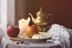 Stillleben mit Bratapfel (Gret B.) Tags: stillleben stilllife apple apfel äpfel bratapfel gewürze zimt nelken tee kerze fenster winter ruhe genuss duft
