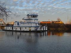 Boats and trains (Robby Gragg) Tags: atsf bnsf gp392 2846 joliet