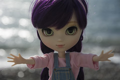 Give me a hug (Erla Morgan) Tags: doll pullip pullipxiaofan xiaofan xiao cora erlamorgan 52dollyweekproject twohands pink purple pureneemo wig beach bokeh cute groove junplanning