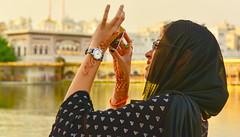 Bienvenue à.......Welcome to...... (Make our PLANET great again !) Tags: femme woman selfie smartphone bâtiment bulding inde india amritsar templedor goldentemple punjab
