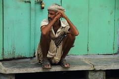 Udaipur. Vida en la calle. Bizitza kalean. Street live. (Txaro Franco) Tags: dhoti india vida live bizitza bizimodua mododevida vestimenta wearing wear asia indian hombre gizona man calle kalea street sentado retrato portrait robado