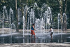 Juegos de niños (Jon Ortega Photography) Tags: niños children jugando playing verano summer fuente fountain agua water parque park infancia diversion calor hot ny nyc newyork nuevayork usa turismo tourism calle street streetphotography dia exterior outdoor outside felicidad happy