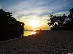A beautiful day (djsarahb) Tags: sol sun sunset pôrdosol barradosahy sãosebastiãosp praiasdesp beach sand praia water céu sky canonpowershotsx50hs canon