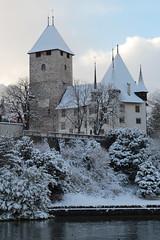 Schloss Spiez ( Baujahr Ursprung 10. Jahrhundert - château castello castle ) im Winter mit Schnee am Thunersee in Spiez im Berner Oberland im Kanton Bern der Schweiz (chrchr_75) Tags: albumschlossspiez schlossspiez spiez kantonbern berner oberland berneroberland schloss château castle castello schweiz suisse switzerland svizzera suissa swiss christoph hurni chrchr chrchr75 chrigu chriguhurni chriguhurnibluemailch dezember 2017 dezember2017 albumzzz201712dezember albumregionthunhochformat thunhochformat hochformat kanton bern thunersee alpensee see lake lac sø järvi lago 湖 albumthunersee