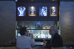 Vaya par de gemelos. (elojeador) Tags: tardá joantardá hardrock hardrockcafé barra cerveza alcohol botella bar disco taburete hombre madonna prince cámara clónicosporelmundo elojeador