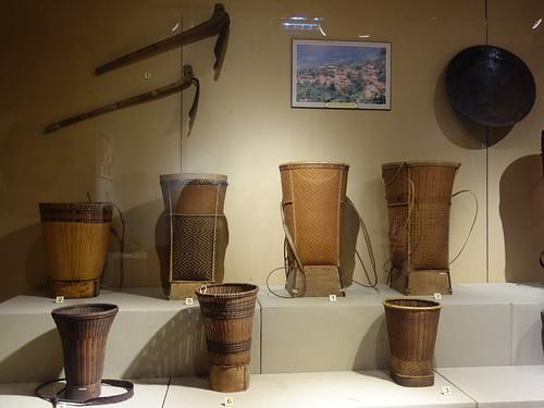 Voici les objets nécessaires pour la récolte du riz. Les femmes portent ces sacs tressés sur le dos pour transporter toute sorte de chose