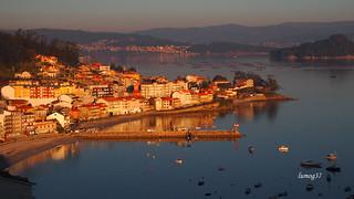 Ultimos rayos de Sol sobre Raxo, en la Ría de Pontevedra.