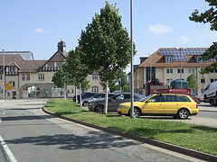 Wernigerode_e-m10_1019032093 (Torben*) Tags: olympusm25mmf18 olympusomdem10 rawtherapee harz wernigerode strasse street parkplatz parkinglot gelb yellow