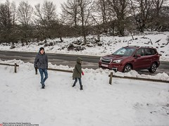 kids playing (Oneras) Tags: subaruforester subi forester subaru car suv awd vehicle coche vehículo snow nieve aralar david noa