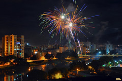 And a New Year begins... (Otacílio Rodrigues) Tags: céu noite cidade city prédios buildings luzes lights fogos fireworks reveillon anonovo newyear2018 rio river reflexos reflections água water resende brasil oro urban árvores trees supershot