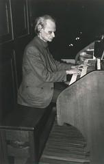 Ernest Gervais bespeelt het Adema-orgel, St.-Agathakerk, Lisse, 9 maart 1983. Foto: Klaas Schippers.