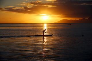 Paddle-man sur la ligne solaire à Tahiti