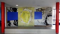 1996/97 Berlin Wandbild ohne Titel von Rainer Gerson Schulgebäude Schönewalder Straße 9 im Quartier Branitzer Platz in 12627 Hellersdorf (Bergfels) Tags: skulpturenführer bergfels 199697 1996 1990er 20jh nach1989 berlin wandbild ohnetitel ot rainergerson rgerson gerson schule mischtechnik acryl kreide sand schönewalderstrase quartierbranitzerplatz 12627 hellersdorf skulptur plastik malerei beschriftet