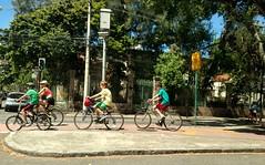 no caminho do ano novo (luyunes) Tags: bike bicicleta gente streetscene streetphotography streetphoto streetshot cenaderua fotografiaderua fotoderua cor colorido urca riodejaneiro motoz luciayunes motozplay