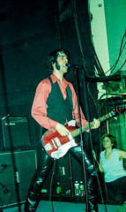 The Jon Spencer Blues Explosion by Edwina Hay (11 of 36) (eatsdirt) Tags: 35mm bustmagazine bustmagazinebenefit jonspencer jonspencerbluesexplosion judahbauer knittingfactory march2002 russellsimins thejonspencerbluesexplosion film scan