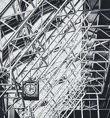 Ogilvie (Demmer S) Tags: train trainstation ogilvie ogilvietransportationcenter transportation texture lines steel beams clock passengerterminal rail metra citigroupcenter building metrastation richardbogilvie commuters madisonstreet travelers richardbogilvietransportationcenter ogilviecenter helmutjahn chicago il illinois windycity downtown loop chicagoland archdaily chicagoist chicagoistphotos texturized archidose architecture architectural arkitektur architektur architettura arkkitehtuuri geometric geometry bw monochrome blackwhite blackandwhite blackwhitephotos blackwhitephoto ceiling