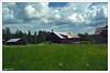 Granja, Speke, Värmland (Suecia)  -  Ruta: Karlstad - Lillehammer (Noruega) E18 y 61 (Guijo Córdoba fotografía) Tags: escandinavia estocolmo suecia sweden värlam ce guijocordoba nikond7100 nikonflickraward flickrtravelaward theperfectphotographer autofocus rural hierba campo cielo sky nube cloud árbol tree bosque granja farm autopistae18 casa madera
