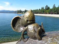 Millie happily sunning on Mudgy's nose. (vickilw) Tags: coeurdalene idaho lake water bronze statute mudgythemoose milliethemouse mouse 6ws 7daysofshooting week27 banginthemiddle texturetuesday