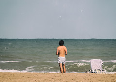 Wer ist eigentlich dieser  Lars Krismes (michael_hamburg69) Tags: valència spain spanien valence espagne españa beach man shorts shirtless guy larskrismes strand liegestuhl sonne himmel wasser person sand meer ozean