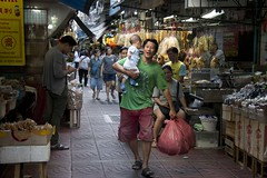 Happy chinese father (ramosblancor) Tags: humanos humans gente people tribus tribes padre father bebé babe mercado market chino chinese chinatown ciudades cities calles streets bangkok tailandia thailand feliz happy
