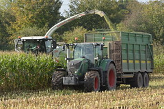 Claas Jaguar 870 SPFH filling Maize to a Broughan Engineering Mega HiSpeed Trailer drawn by a Fendt 720 Vario Tractor (Shane Casey CK25) Tags: claas jaguar 870 spfh filling maize broughan engineering mega hispeed trailer drawn fendt 720 vario tractor agco green silage silage17 silage2017 maize17 maize2017 winter feed fodder county cork ireland irish farm farmer farming agri agriculture contractor field ground soil earth cows cattle work working horse power horsepower hp pull pulling cut cutting crop lifting machine machinery nikon d7100 tracteur traktori traktor trekker trator ciągnik corn crops self propelled forage harvester