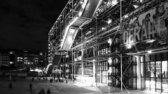 Ombre et lumière (pi3rreo) Tags: beaubourg urbain urban coolpix nikon noiretblanc france extérieur black building bibliothèque immeuble paris parvis ville verre métal white pompidou escalier sombre dark lumière light
