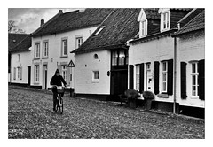 Winterabend in Thorn (NL) (Babaou) Tags: niederlande nederland thorn maas meuse sw bw nb architecture dorf stadje limburg pflaster dxopl silverpp canoneos
