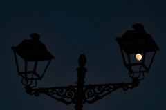 Protagonista, la Luna (arapaci67) Tags: luna minimalista minimal canon70d villanuevadelareina atardecer luz blue jaen andalucia andalusia spain farol farola