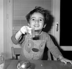 2018: cin-cin, prosit, à la santé, наздраве, ... (Mattia Camellini) Tags: weltaflex biottica twinlens prosit cincin àlasanté наздраве happynewyear ritratto portrait retrato biancoenero pellicola analog analogue film120 6x6cm rectan3575mm mattiacamellini kodaktmax400 ilfosol3 canoscan9000f