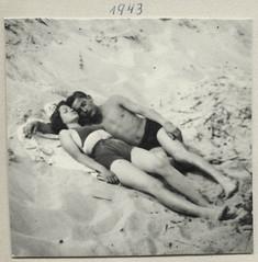 Archiv O656 Strandträume, 1943 (Hans-Michael Tappen) Tags: archivhansmichaeltappen paar strand sand badesachen badeanzug badehose 1943 barfus barefoot 1940s 1940er