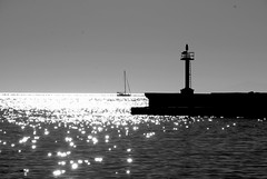 Mykonos (pjarc) Tags: europe europa grecia greece mykonos porto port veduta vista view mare mediterraneo mediterranean sea acqua water riflessi reflex barca boat segnale signal cielo sky skyline foto photo bw black white bianconero digital nikon dx travel vacanza 2017