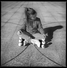 skating intermission (ukke2011) Tags: hasselblad503cw planarcfe8028 rolleirpx25 selfdeveloping rodinal 150 film pellicola 6x6 square 120 bw blackandwhite skate pattini portrait ritratto mediumformat analog analogico
