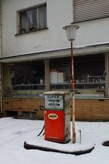 Een oud tankstationnetje. (limburgs_heksje) Tags: duitsland deutschland germany eifel vulkaneifel