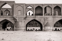 Changing Sides (explored 2018/02/17) (toletoletole (www.levold.de/photosphere)) Tags: fuji fujixpro2 isfahan xf18235mm esfahan brücke soosepol flussbett riverbed sand sw bw architektur architecture
