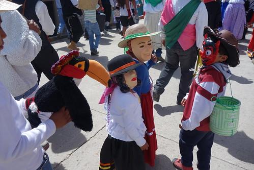 Pelico et ses pelicopains défilent dans la rue durant la procession