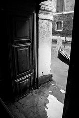 Invasion of Water (Mariene Valesan) Tags: palazzoducale italia veneza italy venice canal canalsofvenice gondol gondola bw blackandwhite highcontrast water heritage heritagesite