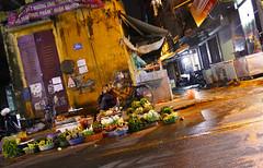 Hanoï - Street scene (Le.Patou) Tags: vietnam hanoï street rue soir evening streetscape vendeur marché seller market fruit légume vegetable streetview streetscene scènederue